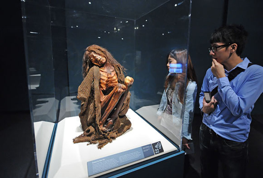 Lankytojai apžiūri suaugusios moters mumiją iš Peru (maždaug XIII a.)