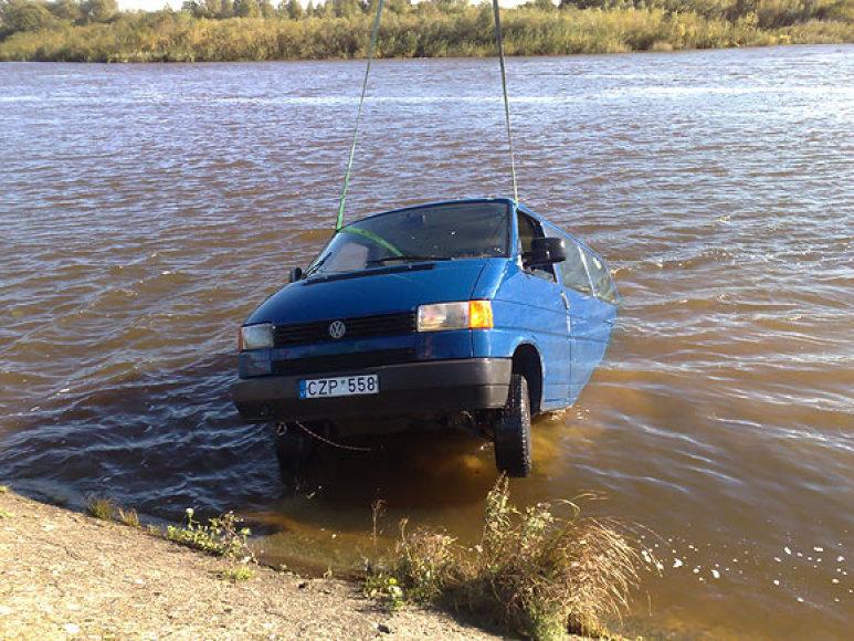 Automobilis iš Skirvytės upės dugno traukiamas į krantą