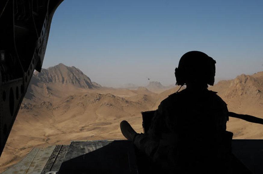 Kulkosvaidininkas virš Afganistano skrendančiame sraigtasparnyje