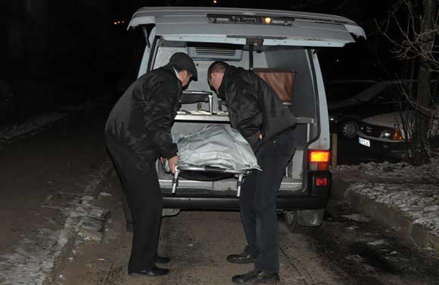 Nužudytosios kūnas išgabenamas iš įvykio vietos