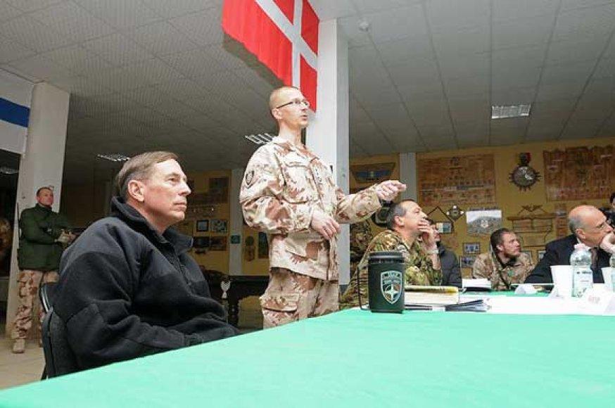 Generolas Davidas H.Petraeusas (pirmas iš kairės) ir pulkininkas Remigijus Baltarėnas (stovi) lietuvių stovykloje Čagčarane
