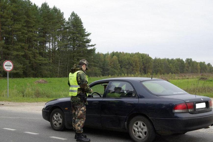 Pasienietis tikrina sustabdytą automobilį