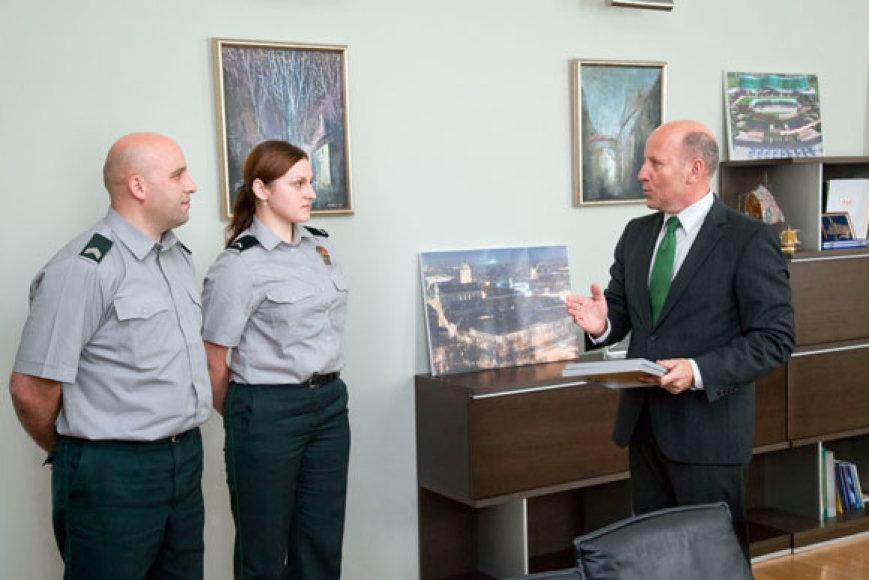 Justina Klevinska ir Eugenijus Vinča su vidaus reikalų ministru Raimundu Palaičiu