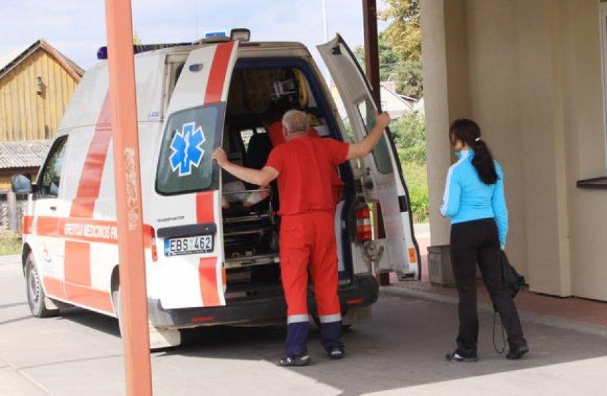 Sužalotas paauglys greitosios pagalbos automobilyje