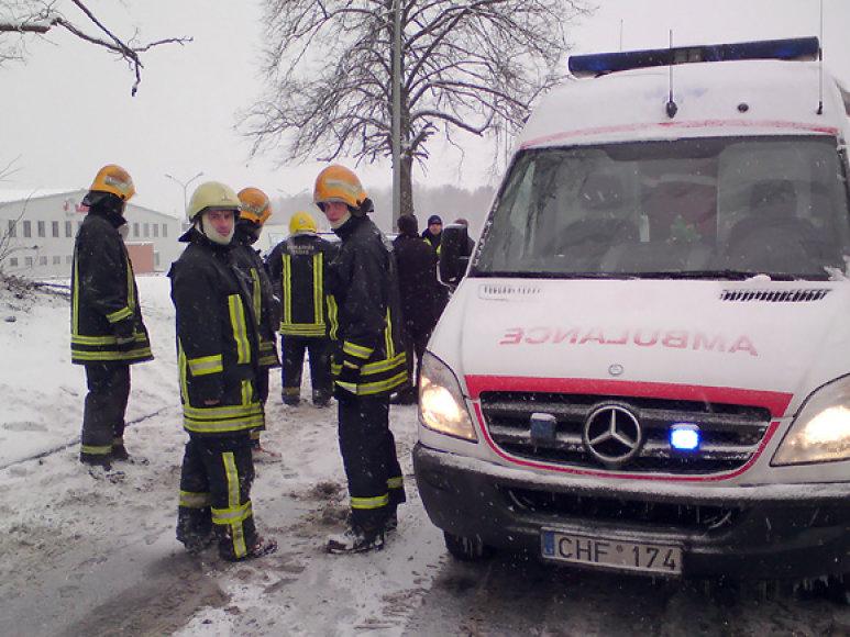 Ugniagesiai gelbėtojai ir greitoji pagalba avarijos vietoje