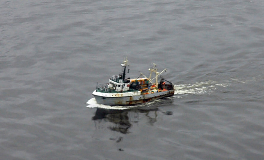 Žvejų laivelis jūroje