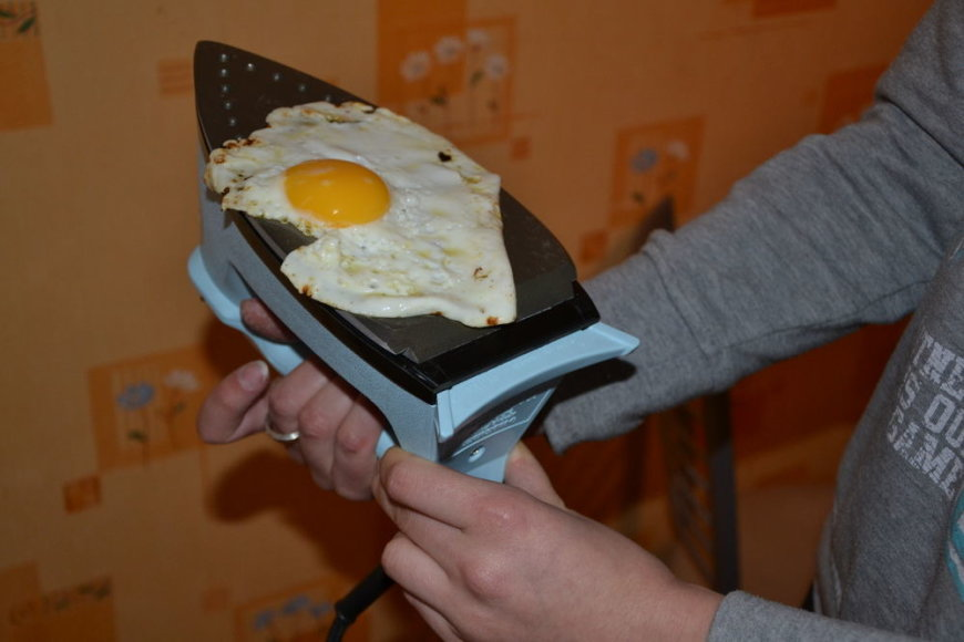 Kiaušinienė, kepama ant lygintuvo.