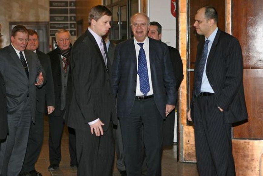 """""""FIBA Europe"""" prezidentas G.Vassilakopoulos (antras iš dešinės) vizito Kaune metu nestokojo geros nuotaikos ir aktyviai domėjosi su Nemuno saloje kylančia arena susijusiais reikalais."""