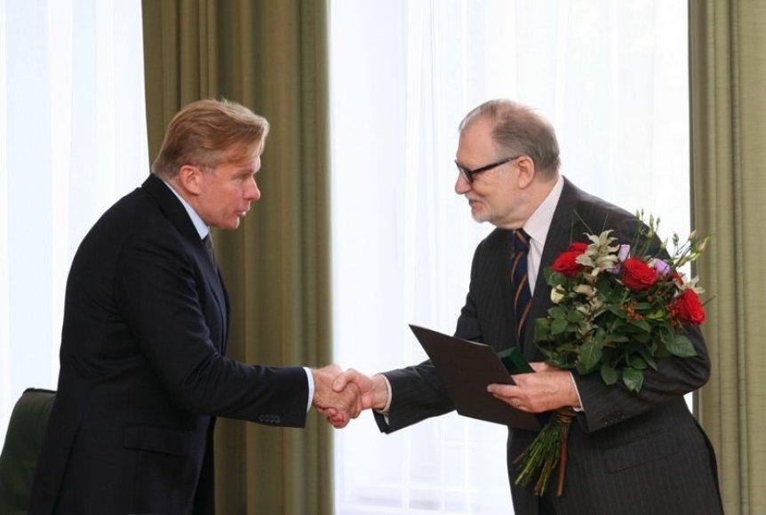 Už nuopelnus Lietuvos diplomatinėje tarnyboje apdovanotas Juozas Budraitis.