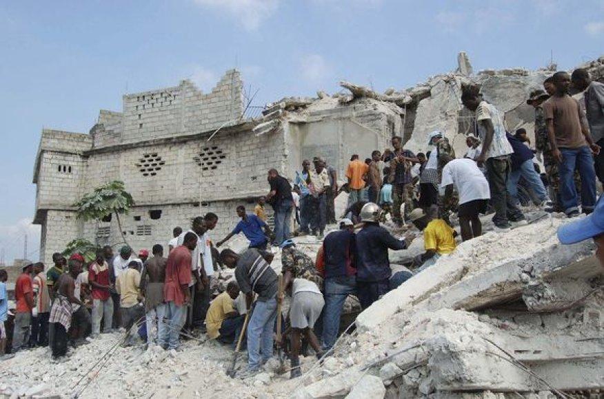 Daug vaikų įkalinta po mokyklos griuvėsiais.
