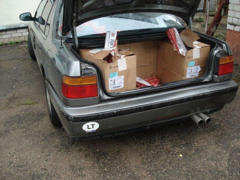 utomobilio bagažinėje – kontrabandinės cigaretės.