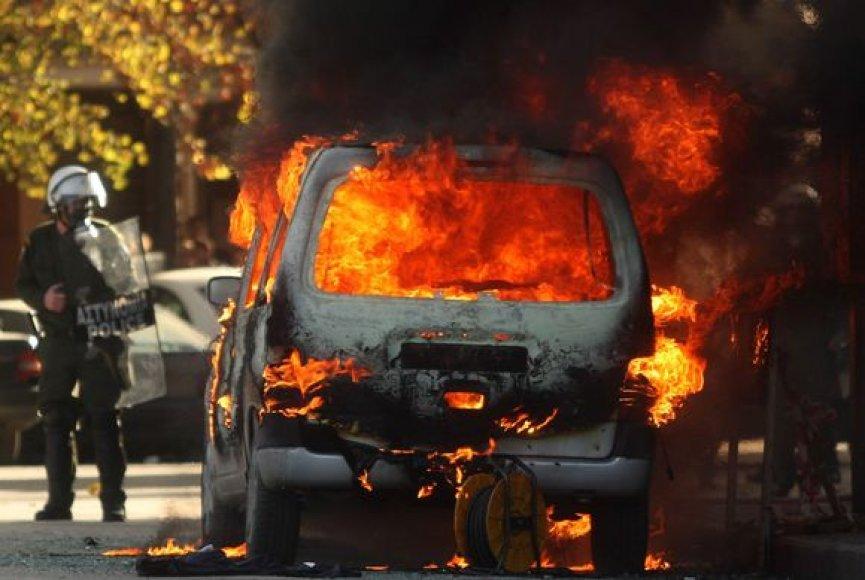 Graikijoje per riaušes padegta daugybė automobilių.