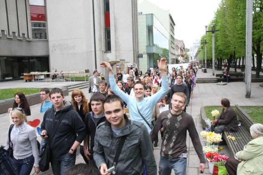 """) """"Kaunas – studentų miestas, todėl natūralu, kad daugeliui jis primena pirmąsias meiles. Apie tai ir bus naujasis serialas. Jis pasakos jaunų žmonių ir jų artimųjų istorijas"""", – sakė televizijos prodiuserius R.Skaisgirys."""