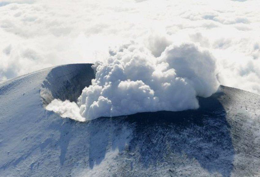 Iš Asamos ugnikalnio kyla bati dūmai.
