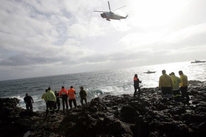 Sraigtasparnis ieško išsigelbėjusiųjų.