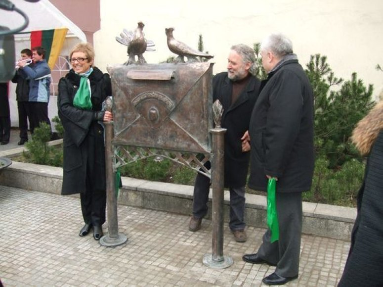 """Klaipėdoje antradienį ties Tiltų ir Turgaus gatvių sankryža atidengta nauja skulptūra """"Senamiesčio paštas""""."""