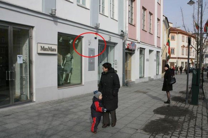 Aplink Rotušę ne visos parduotuvės ir valstybinės įstaigos trečiadienį buvo iškėlusios trispalves.