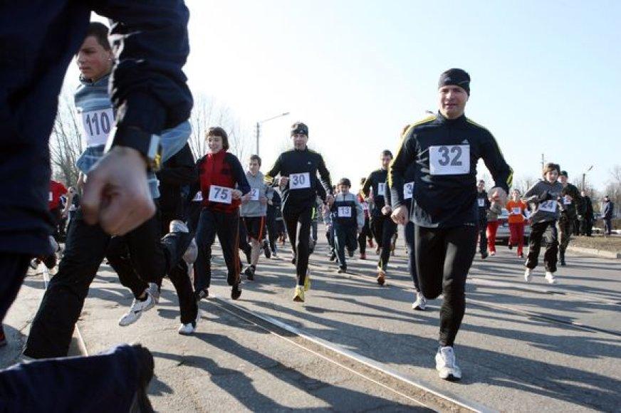 Karinių oro pajėgų jubiliejui skirtame bėgime dalyvavo beveik 150 įvairaus amžiaus bėgikų. Visiems jiems reikėjo įveikti 7,2 km.