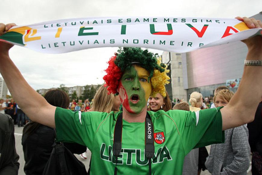 Lietuvos krepšinio aistruoliai šviečia iš tolo ryškiomis geltona, žalia ir raudona spalvomis.
