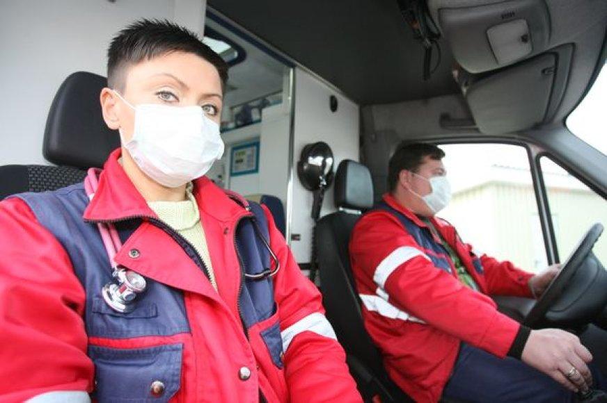 Greitosios medicinos pagalbos stotyje dirbantys medikai nuo pandeminio gripo virusų saugosi dėvėdami medicinines kaukes.