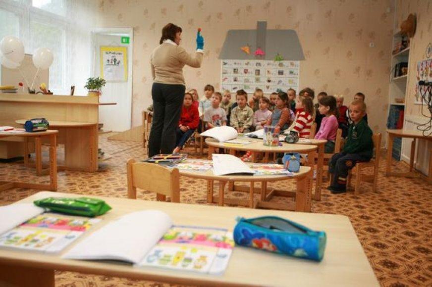 Ant rankos užmautas mėlynasis sveikatukas vaikams pasakoja, kaip saugiai elgtis su pavojingais daiktais.