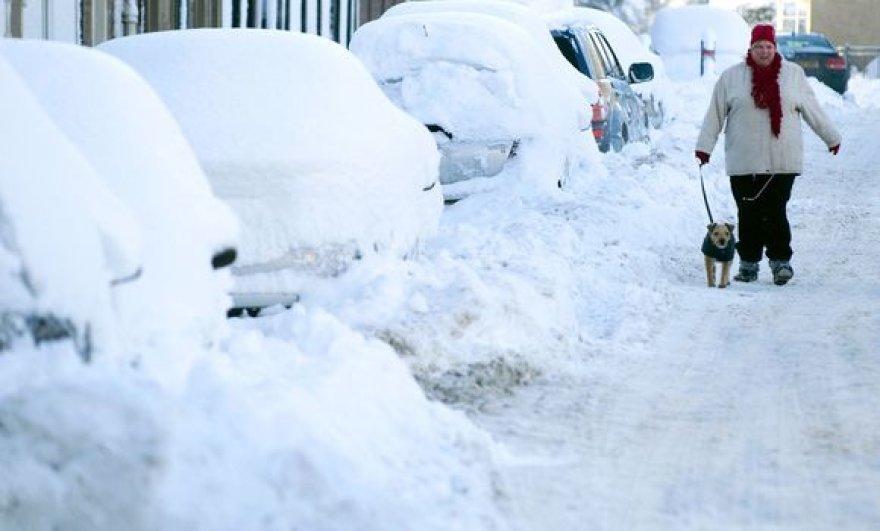 Žiema nesitraukia iš Europos – gausus sniegas ir šaltis trikdo eismą, palieka žmones be elektros.