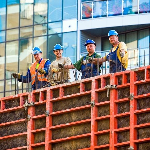 Darbininkų, statybininkų ir vairuorojų atleidžiama daugiausiai.