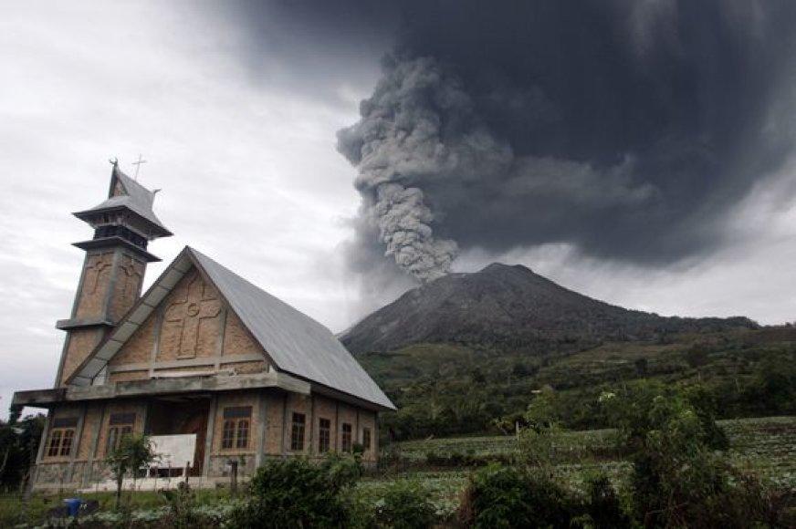 Po didžiulės pertraukos Sinabongo ugnikalnis pirmadienį išsiveržė antrą kartą.