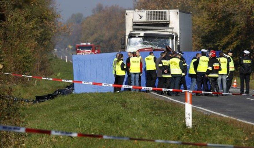 Policijos pareigūnų teigimu, nelaimės priežastys galėjo būti rūkas ir pernelyg didelis greitis.