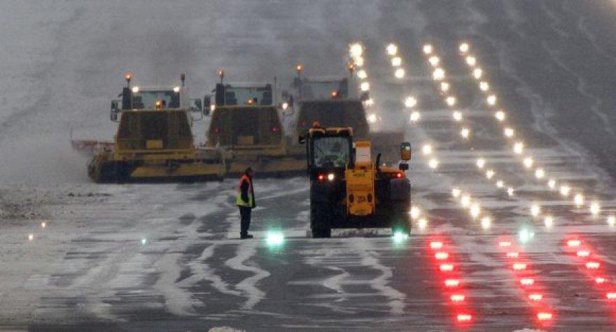 Darbininkai mėgina nuvalyti sniegą nuo lėktuvų kilimo tako Edinburgo oro uoste