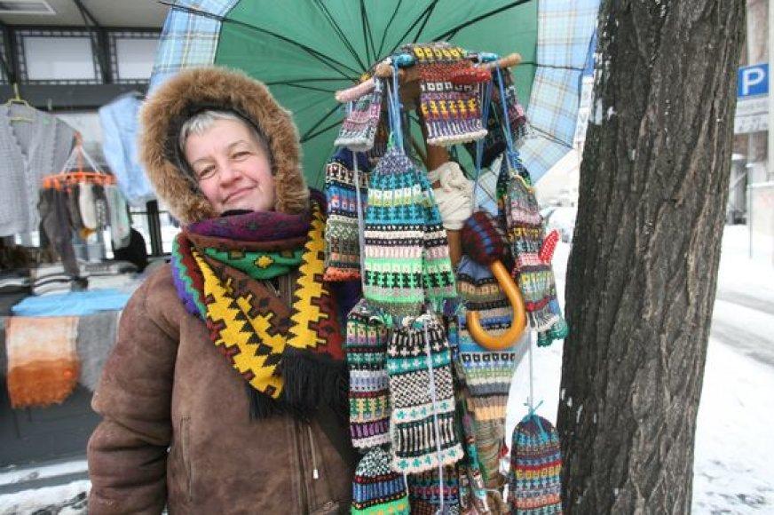 Pilies gatvėje pačios megztomis pirštinėmis prekiaujanti Irena už vieną porą prašo 50 Lt.
