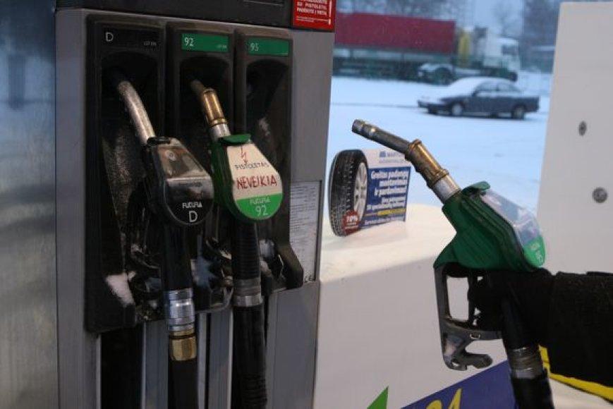 Degalinėse degalų kainai per keletą mėnesių nukritus beveik litu, vis mažiau vairuotojų renkasi nelegalius degalus, atkeliaujančius sunkvežimių bakuose iš Rusijos ir Baltarusijos.