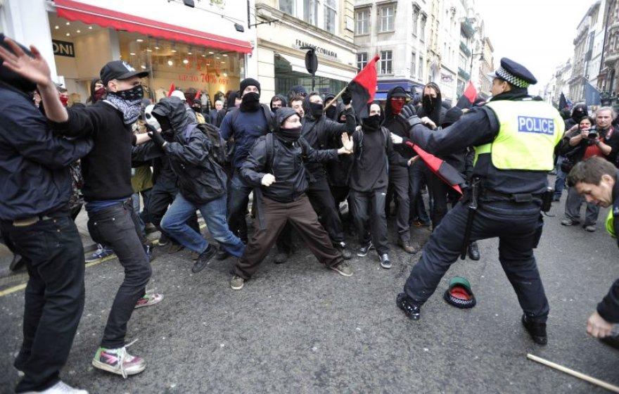 Pareigūnai susirėmė su protestuotojais