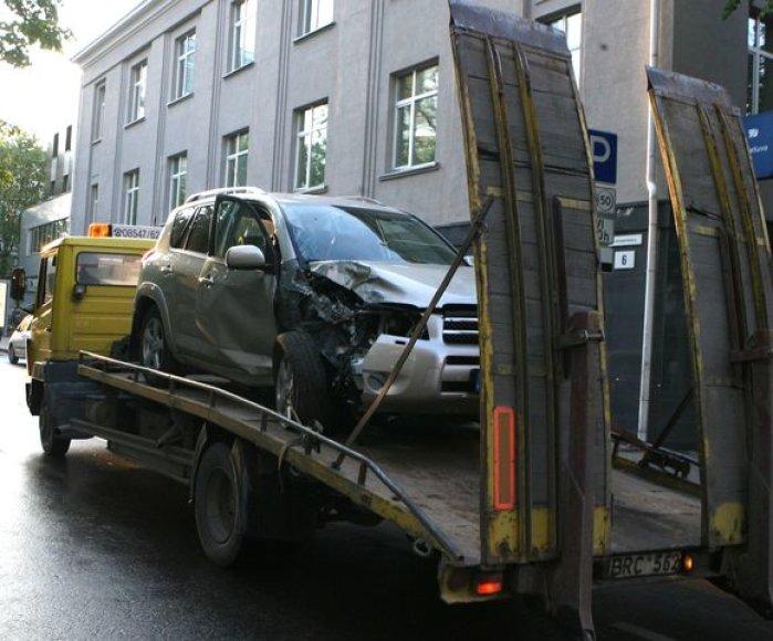 Nuo sausio pažeidėjai už netvarkingai pastatytų automobilių nutempimą mokės daugiau.