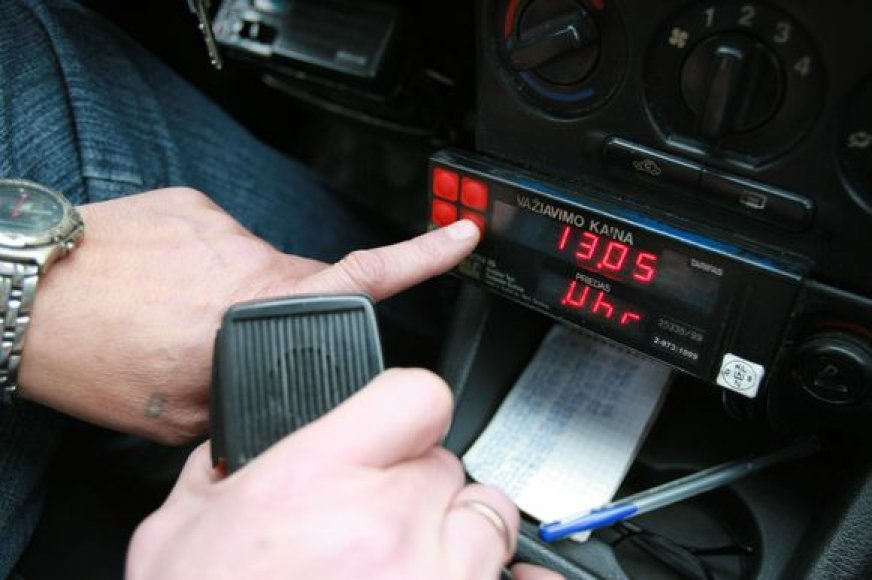 Uostamiestyje taksi paslaugos kainuoja 2,5-2,7 Lt už kilometrą. 3 Lt kainuoja įsėdimas.