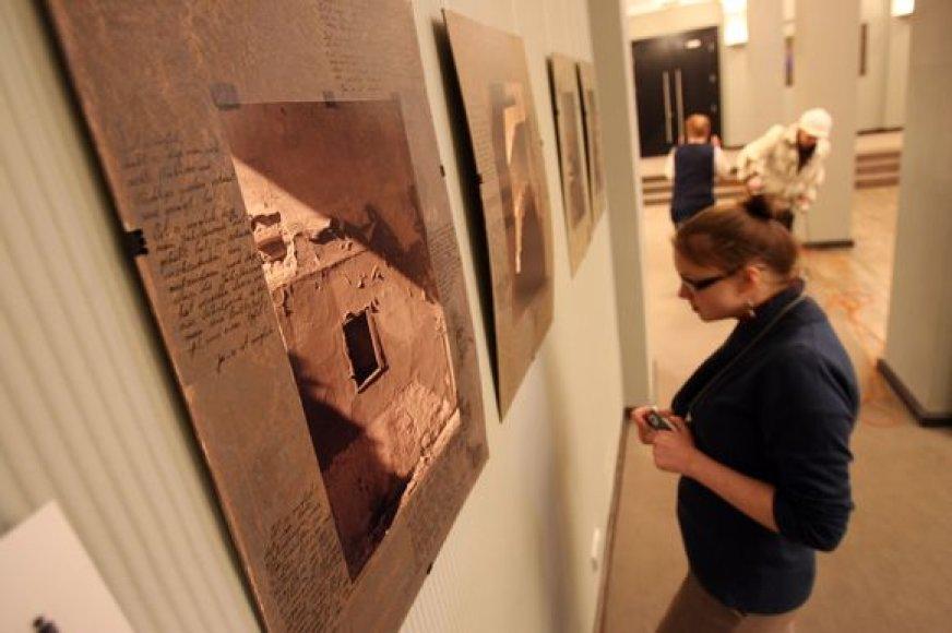 Teatre įkurtoje parodoje eksponuojami naujausi kauniečio grafiko E.Rudinsko kūriniai.