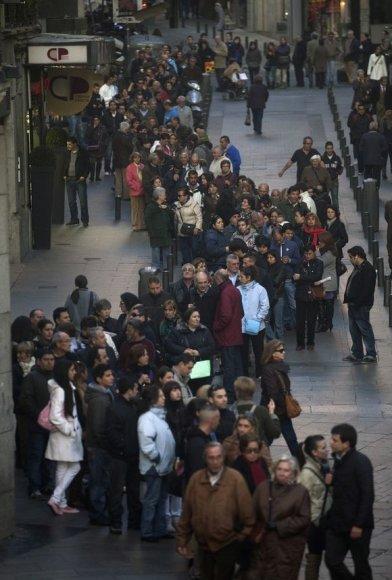 """Loterija """"El Gordo"""" sutraukia minias dalyvių, žmonės neišsigąsta net ilgų eilių."""