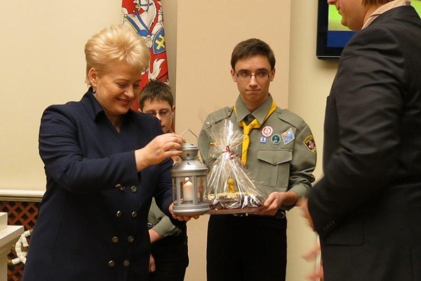 Dalia Grybauskaitė priėmė Betliejaus taikos ugnį.