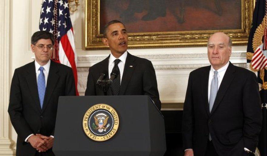 Barackas Obama (centre) pranešė, kad traukiasi jo administracijos vadovas Billas Daley (dešinėje).