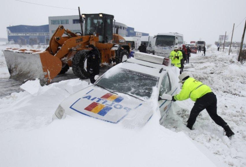 Rumunijoje sniegas automobiliuose įkalino šimtus žmonių.