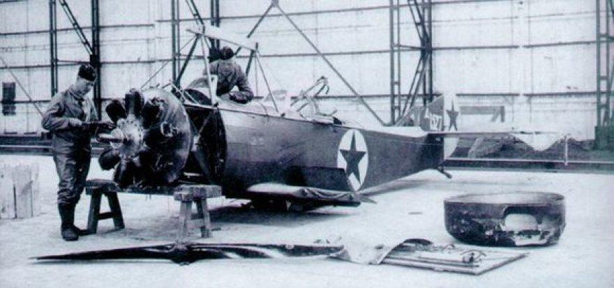 Bibliotekininkų parengtoje parodoje – daug istorinių faktų apie Lietuvos karo aviaciją ir šiandienines Karines oro pajėgas.