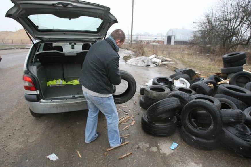 Uždarius miestiečiams žinomą atliekų surinkimo aikštelę Viršuliškėse, gyventojai dėvėtas padangas krauna į krūvą šalia jos.