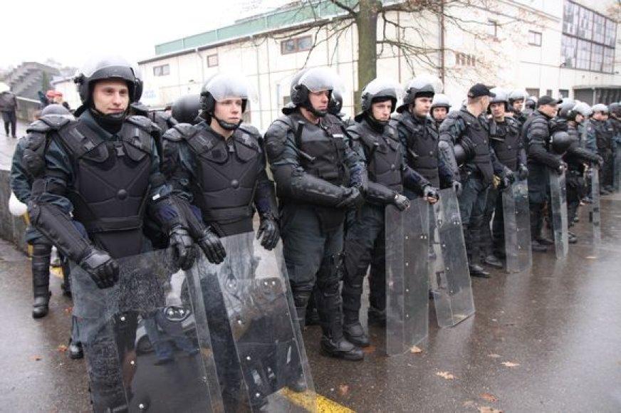 Viešojo saugumo tarnybos pareigūnai, įpratę rankose laikyti skydus bei dėvėti šalmus, patruliavimo miesto centre metu šių saugumo atributų nenaudos.