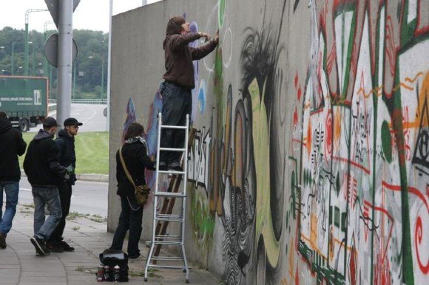 """Renginyje """"Gatvės ritmu"""" bus galima išvysti, kaip dirba graffitus kuriantys menininkai."""