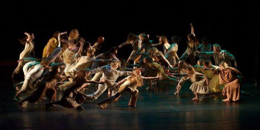 """Pristatę naujausią spektaklį """"auriečiai"""" atsisveikins iki rudens. Nuotraukoje – scena iš spektaklio """"Šventasis pavasaris""""."""