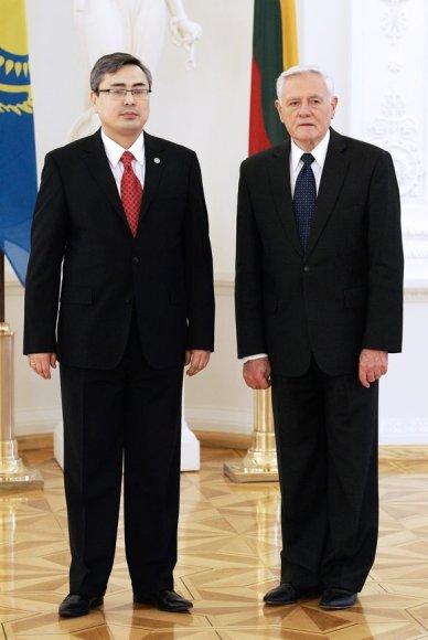 Kazachstano ambasadorius Lietuvoje Galymžanas Koišybajevas ir Lietuvos prezidentas Valdas Akamkus