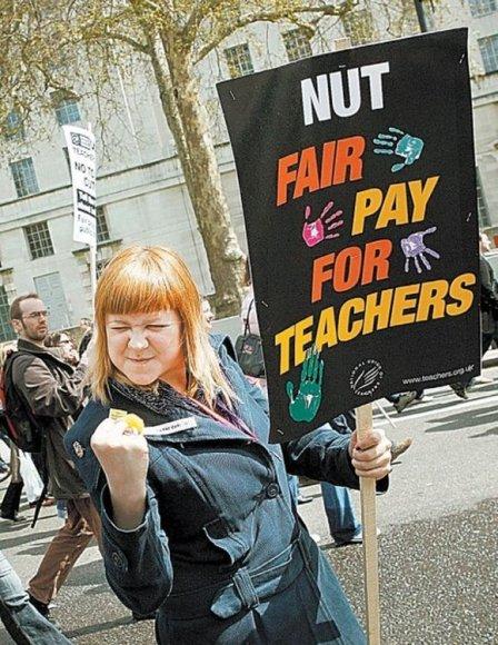 """Britanijos mokytojai skundžiasi, kad negauna """"tinkamo užmokesčio"""""""