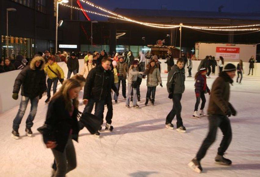 Nemokama ledo čiuožykla, kurioje nekainuoja nei pats čiuožimas ledo aikštelėje, nei pačiūžų skolinimasis.