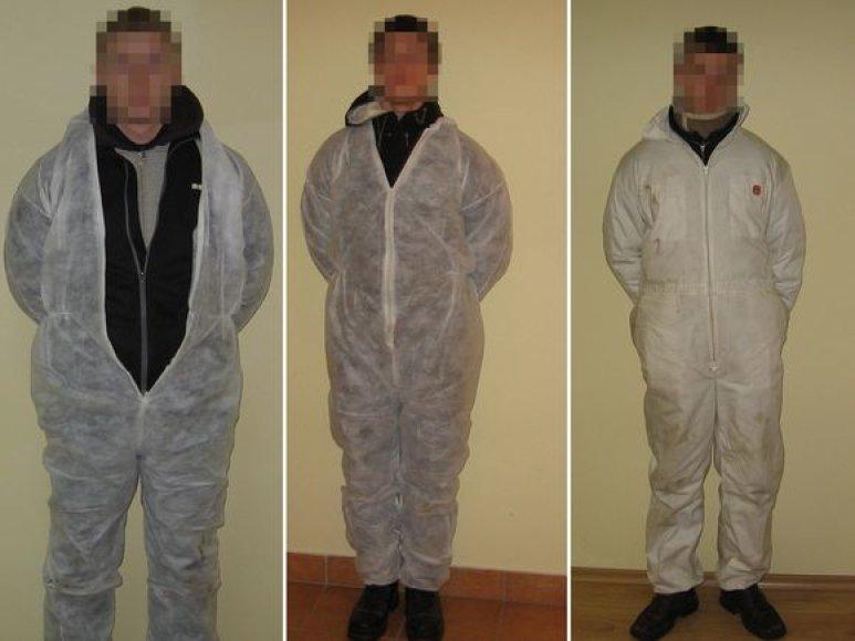 Vyrai vilkėjo maskuojamuosius kombinezonus.