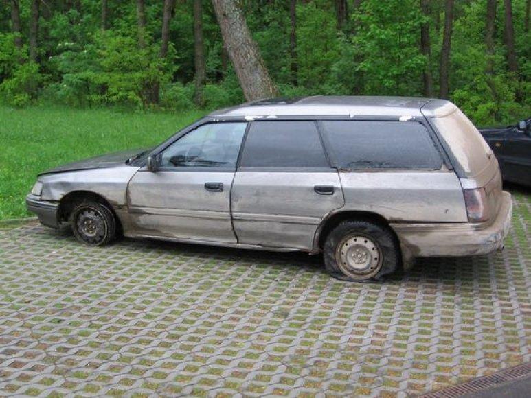 """Pasieniečiai aptiko """"Subaru"""" pradurtomis padangomis likimo valiai paliktą šalikelėje, iš mašinos salono rūko dūmai."""